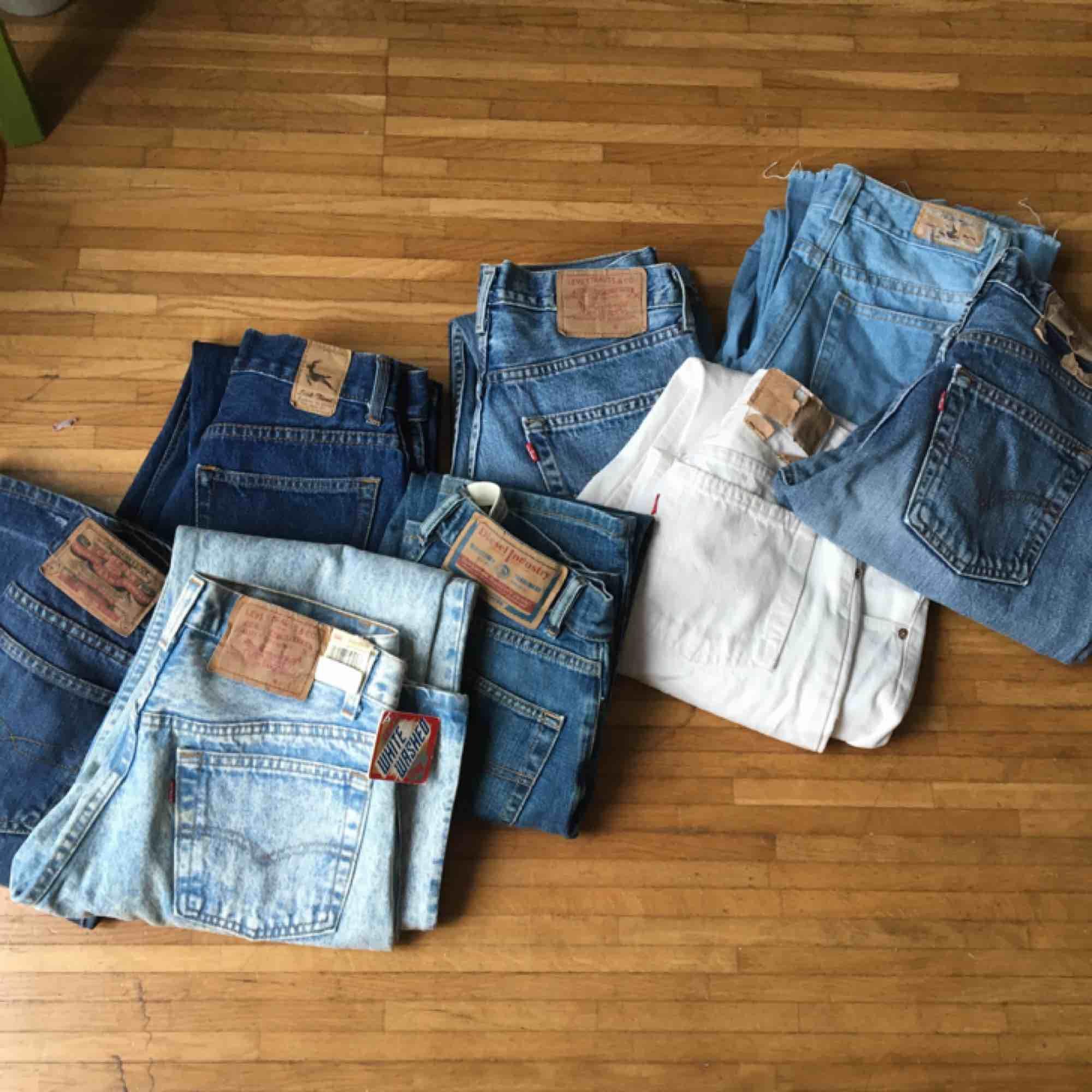 Kommer sälja en massa vintage jeans i olika storlekar! Från XXS-L. Här är några stycken, vissa är redan uppe- andra kommer strax! Fråga mig om specifik ifall den inte kommit upp än. En till FYLLD påse kommer oxå snart!. Jeans & Byxor.