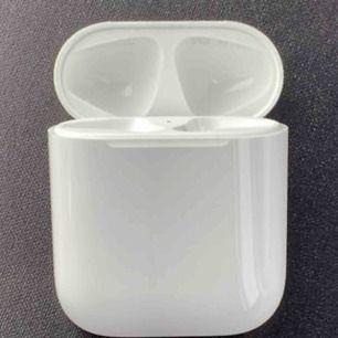 Äkta Apple airpods laddfodral! Trodde jag hade tappat bort det så köpte ett nytt! Pris går att diskuteras :) frakt på 15kr tillkommer