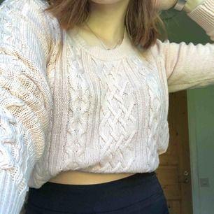 Ljusrosa stickad tröja från Lindex. Är lite längre i formen men funkar bra att ha uppvikt (se bilder). Är själv XS/S men sitter ändå bra. Fint skick och ganska tunn i materialet.  Kan mötas upp i Sundsvall annars står köparen står för frakten.