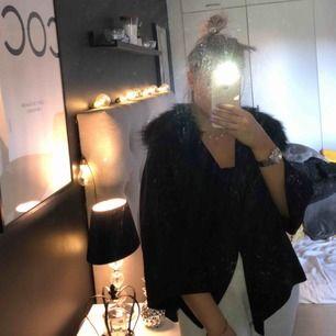 Säljer denna fina kappa/jacka ifrån Zara. Nypris över 1000. Säljer pga har för många jackor då denna inte kommer till användning