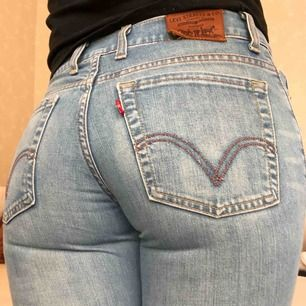 Ljus blå flare jeans med låg 90-tals midja.