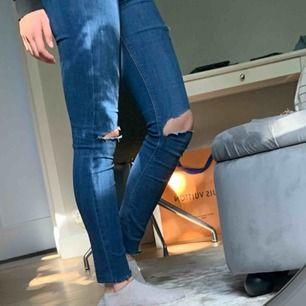 Stretchiga tighta jeans med hål i från Massimo Dutti. Jätte bra kvalité och supersköna jeans som passar dig som är kort, original pris ca 500 kr, säljes billigt pga att jag har för många jeans😓😍