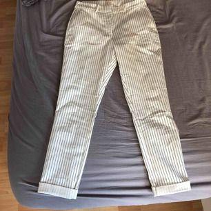 Randiga kostymbyxor. Aldrig använda, säljer för 50, köparen står för frakt.