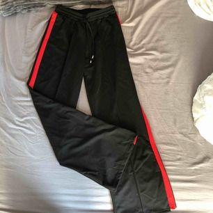 Vida byxor med rödrand. Aldrig använda, säljer för 40kr inklusive frakt.