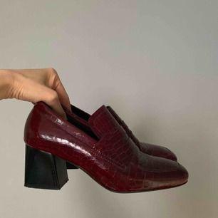 Vinröda skinn loafers med klackar från Stories avänds max 5 gånger. Strl 37. Typ som nya. Fullprice 890kr Sälja nu för 300kr