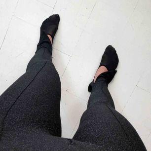 Ett par glittriga svarta byxor med slit längst ner! Byxorna kommer från Vanessa Moe x Nakd kollektionen! Dm vid instresse 🥰