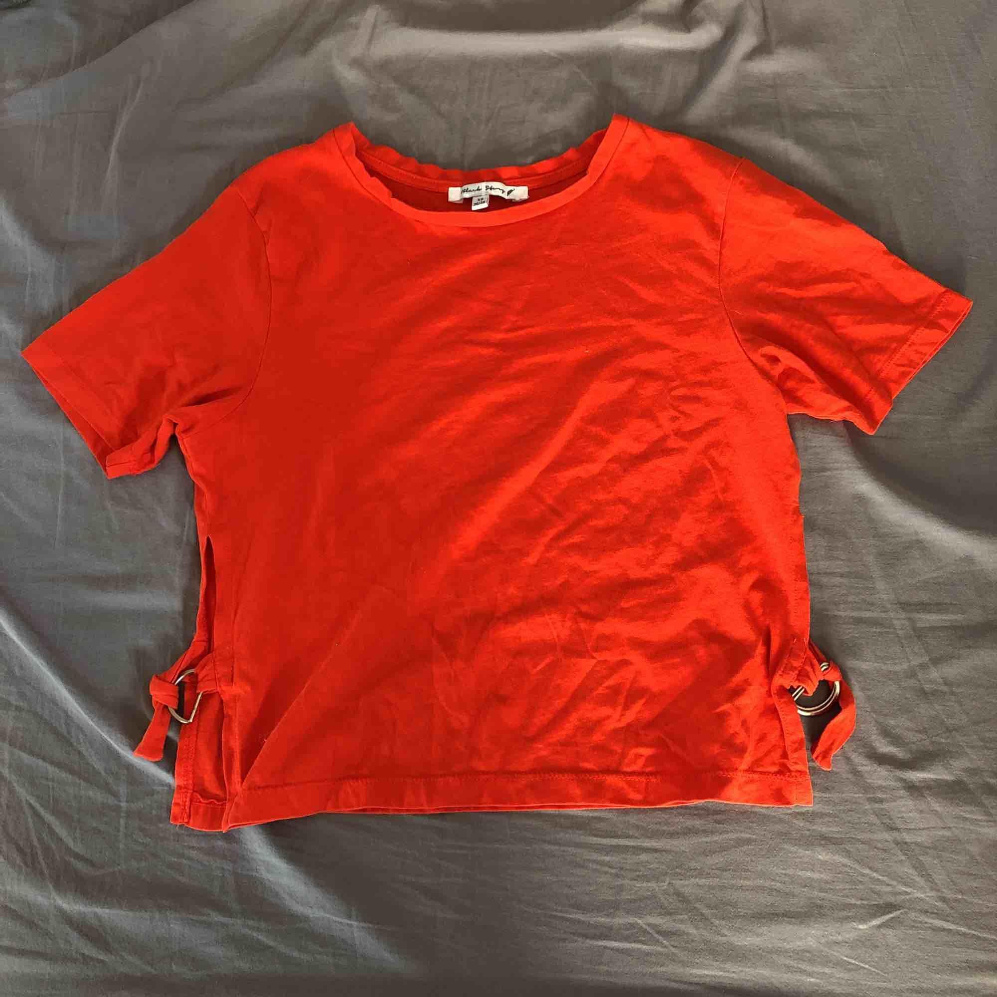 Röd t-shirt med slits på sidorna. Säljer för 30 inklusive frakt. . Toppar.