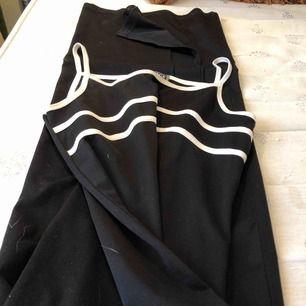 En svart maxi Versace klänning men en sportslig känsla. Det står att det är storlek 42 men jag har S eller M och den sitter rätt tajt på mig.