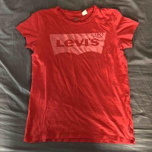 Röd Levis t-shirt, säljer för 50kr, köparen står för frakt.