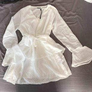 Vit klänning från madlady. Aldrig använd, prislappen sitter kvar. Köpt för 499kr, Säljer för 200kr, köparen står för frakt.