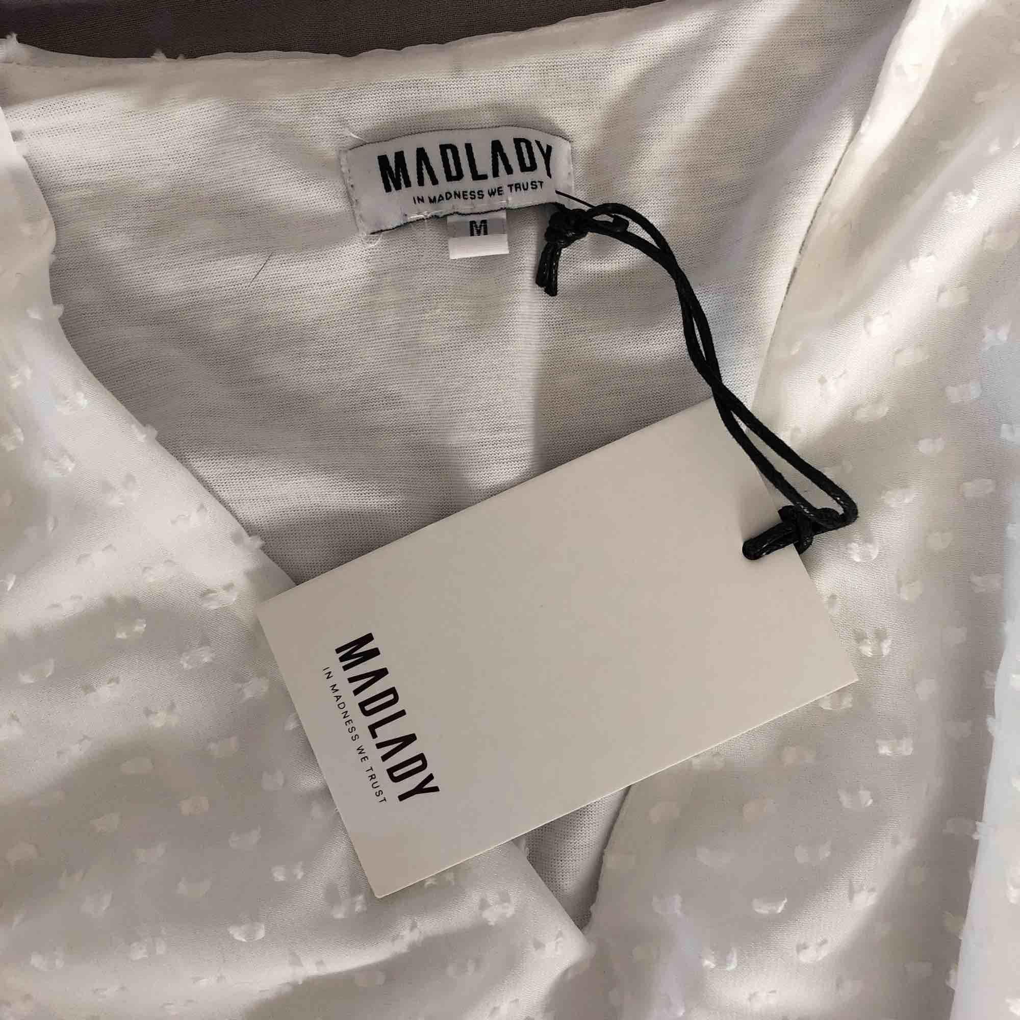 Vit klänning från madlady. Aldrig använd, prislappen sitter kvar. Köpt för 499kr, Säljer för 250kr inklusive frakt. . Klänningar.