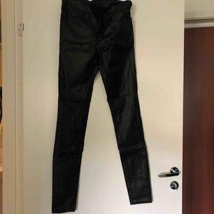 Fake-skinn byxor från Vila. Stretch, sköna och tighta i benen hela vägen! Perfekt till stickat i höst 😍