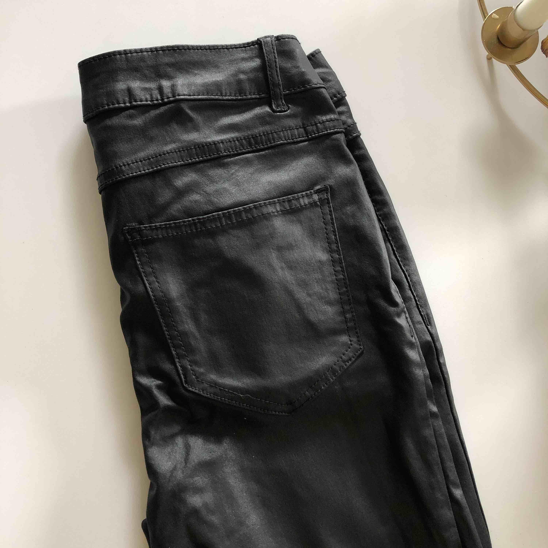 Fake-skinn byxor från Vila. Stretch, sköna och tighta i benen hela vägen! Perfekt till stickat i höst 😍. Jeans & Byxor.