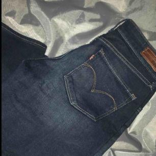 Snygga Levis jeans som är helt oanvända! Köpta för 1049kr. Det enda ni behöver göra är att möta mig runtom Värnamo eller betala frakt på 50kr (jag betalar ytligare 29 till frakt)🥰