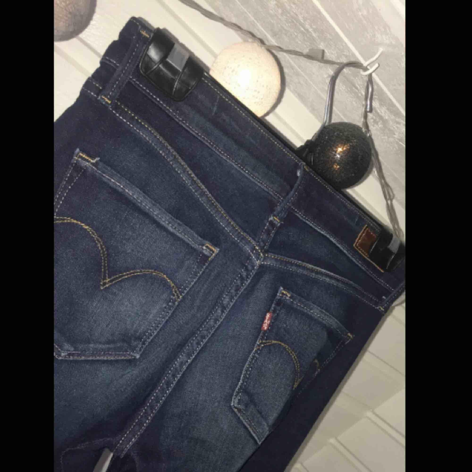 Snygga Levis jeans som är helt oanvända! Köpta för 1049kr. Det enda ni behöver göra är att möta mig runtom Värnamo eller betala frakt på 50kr (jag betalar ytligare 29 till frakt)🥰. Jeans & Byxor.