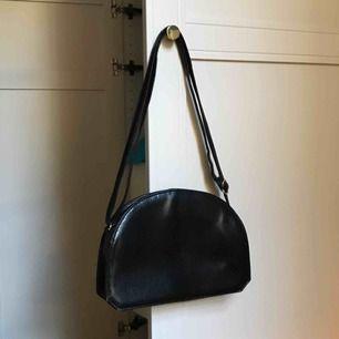En väldigt unik shoulderbag i superfint skick! Kan hämtas i Vasastan eller fraktas mot kostnad🤪