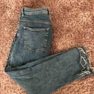 """Snygga högmidjade och stretchiga """"momjeans"""" från h&m. Mellanblå i färgen och något kortare i benen."""