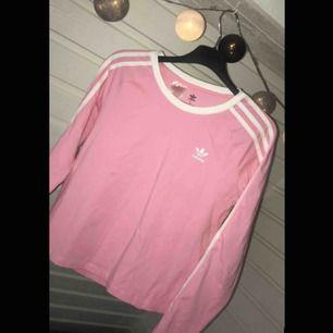 Adidas t-shirt i fin rosa som typ inte går att hitta mer. Nypris 399kr och säljer nu för 250kr men inklusive frakt! Du får antingen möta mig runtom Värnamo eller så fraktar jag den!❤️
