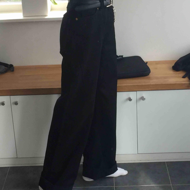 säljer vida jeans från monki! köpta för 400kr, perfekt skick därav priset.😁. Jeans & Byxor.