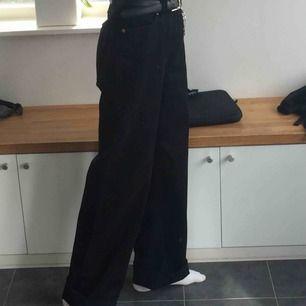 säljer vida jeans från monki! köpta för 400kr, perfekt skick därav priset.😁