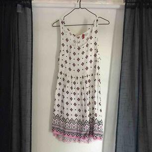 Somrig klänning från H&M i storlek 34. Den har knapar obruten som går att öppna. Väldigt fin att bära på sommaren! Hör av er för fler bilder eller frågor!