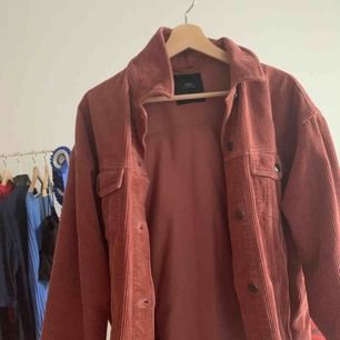 Oanvänd Manchester jacka från Zara, storleken är M men sitter lite oversized på mig som är S.