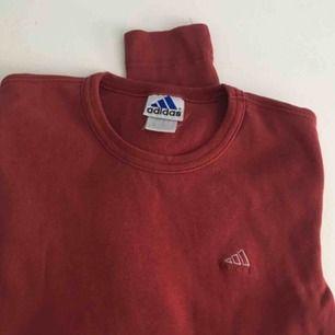 Vintage adidas tröja i bra skick. Köpt här på plick men har inte kommit till användning så säljer den därför igen. Priset går att diskutera vid snabb och smidig affär! :) Köparen står för eventuell frakt