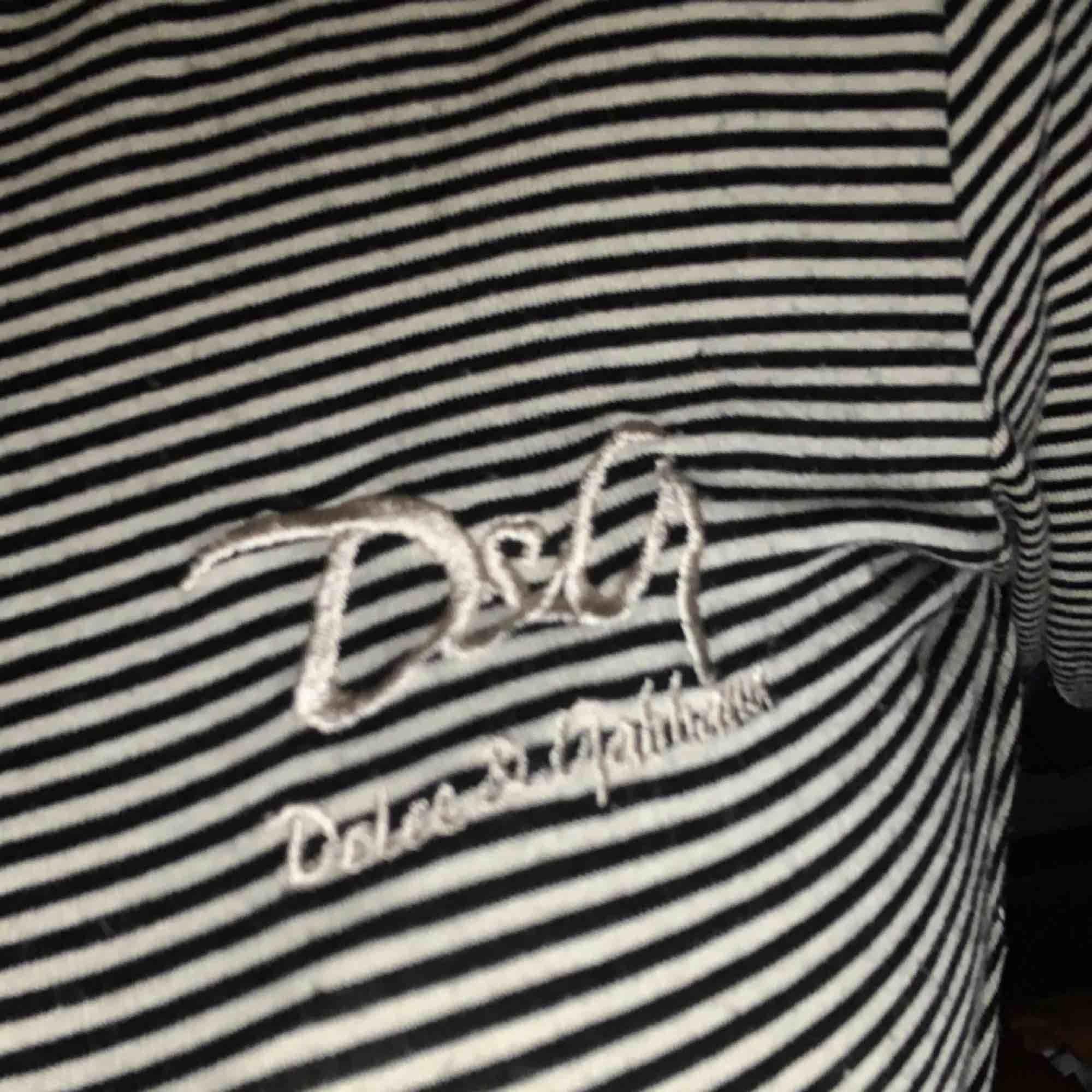 superfin randig vintage d&g långärmad tröja. köpt på humana men har aldrig kommit till användning för mig. pm för mer info!!. Tröjor & Koftor.