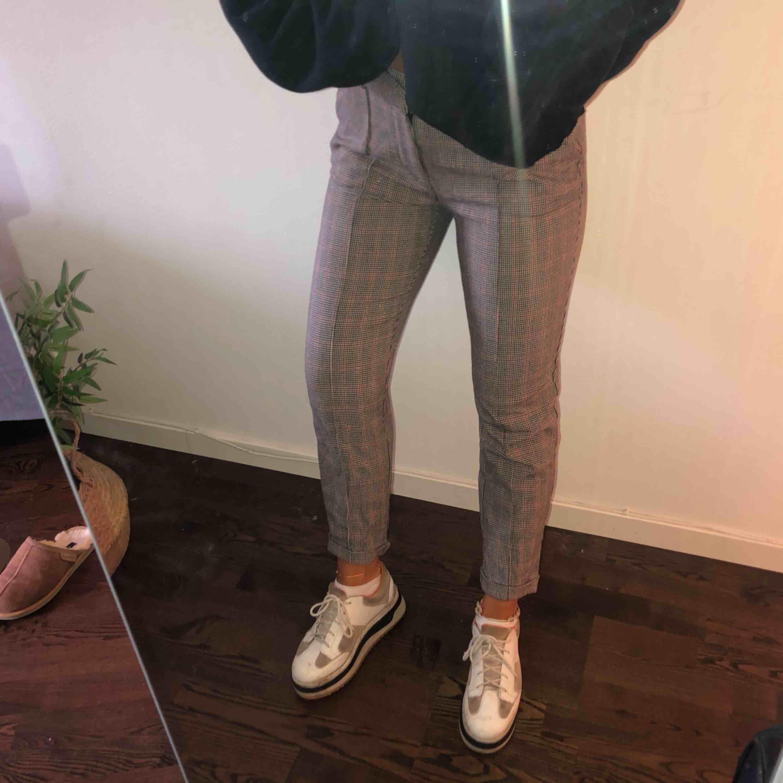 Rutiga byxor från Zara strl M men passar mig som brukar ha S! Frakt tillkommer 🖤🖤. Jeans & Byxor.