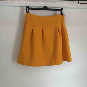 """Senaps gul kjol i storlek S från New Yorker, använd 1 gång så den är i väldigt bra skick! Har en dragkedja på baksidan som man """"öppnar"""" kjolen med!"""