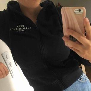 Skitsnygg mörkblå peak performance hoodie. Köpt för 1200kr, jättebra skick, inga lösa trådar elr ngt.