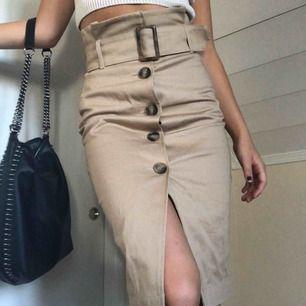 Jättesnygg kjol helt oanvänd!!! Jättebra material/kvalite, frakt ingår :-p
