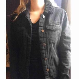 Snygg svart jeansjacka med gosig krage och foder (ej i ärmarna). Möts upp i Stockholm!
