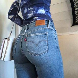 Passar XS/S (24), Levis bootcut jeans, som jag har gjort hål i på knäna. Jättesnygga, men inte min stil längre :-p