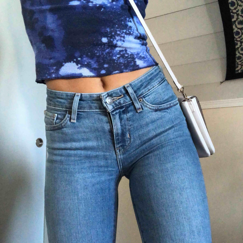 Passar XS/S (24), Levis bootcut jeans, som jag har gjort hål i på knäna. Jättesnygga, men inte min stil längre :-p. Jeans & Byxor.