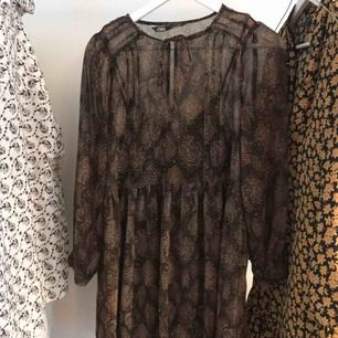 Söt mönstrad klänning från Zara. Använd få gånger.