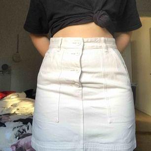 En snygg, krämvit kjol från Weekday. Endast använd en gång och säljer pga att jag inte fått användning av den. Storlek 40, men skulle säga att den är liten i storlek. Köpt för 350kr i nypris. Säljer för 200kr inklusive frakt, pris kan diskuteras!