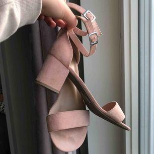 Nude-rosa klackar, strl 40. Använda endast en gång ‼️ superbekväma att gå i, lite bredare klack och inte allt för höga 🤗