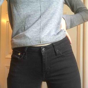 Svarta jeans med diskret Bootcut. W.26 L.32. Inköpta på JC i märket Crocker. Regular waist. Nypris: 599kr  Frakt 50kr!🤗