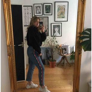 Skitsnygga Levis jeans, sparsamt använda. Storleken är bortklippt så jag vet ej storlek men jag på bilden brukar ha L i byxor, kan ha M också, så jag vet inte riktigt men skulle tro att de ligger någonstans där. Frakt inräknad i priset Nypris 999kr