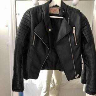 Svart skinnjacka från chiquelle i fint skick, säljes pga har andra jackor som jag föredrar