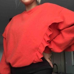 En skön tröja med lite tjockare material, läcker färg!  Köparen står för frakt!