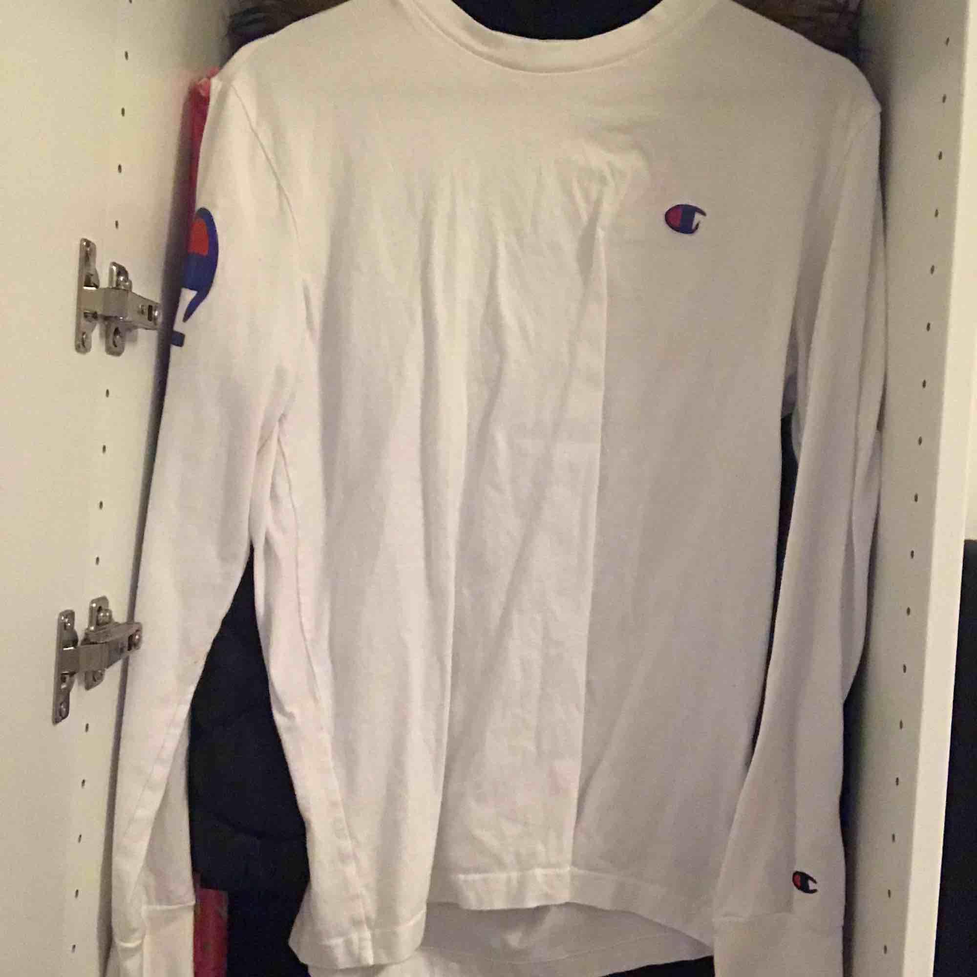 Helt nytt skick! Andvänd få gånger. Priset kan säljas vid snabb affär!. T-shirts.