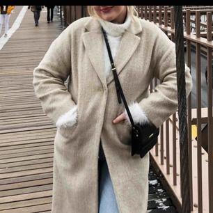 Beige kappa från H&M! Använd under en vinter!💕 Jag är 170cm lång och den gick lite längre än till knäna på mig! Frakt tillkommer