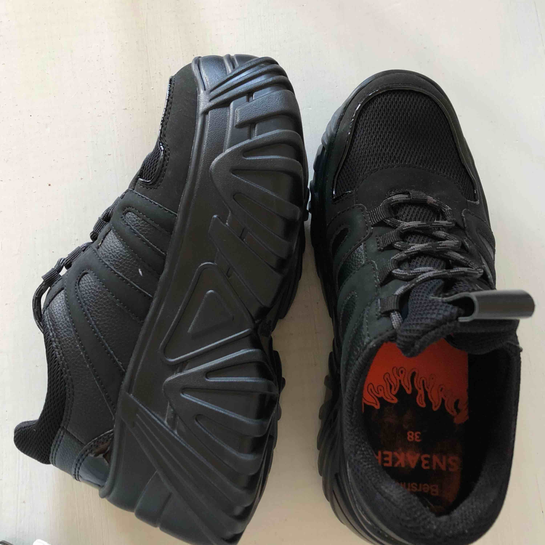 Ascoola platform skor köpta i Palma. Varsamt använda syns knappt! men inte min stil tyvärr!! Ser oanvända ut, helt nya!! Asköna!! Frakt ingår!. Skor.