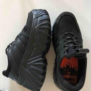 Ascoola platform skor köpta i Palma. Varsamt använda syns knappt! men inte min stil tyvärr!! Ser oanvända ut, helt nya!! Asköna!! Frakt ingår!