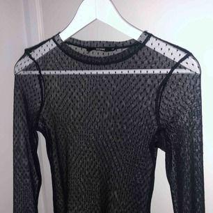Prickig långärmad genomskinlig från BikBok i storlek XS, passar bra under en t-shirt eller med brallette/linne