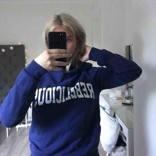 En hoodie från gina!! Jätte fin blå färg och skönt material :) storlek XS men passar även S, säljes då den tyvärr inte kommer till användning längre. Köparen står för frakten! 💜