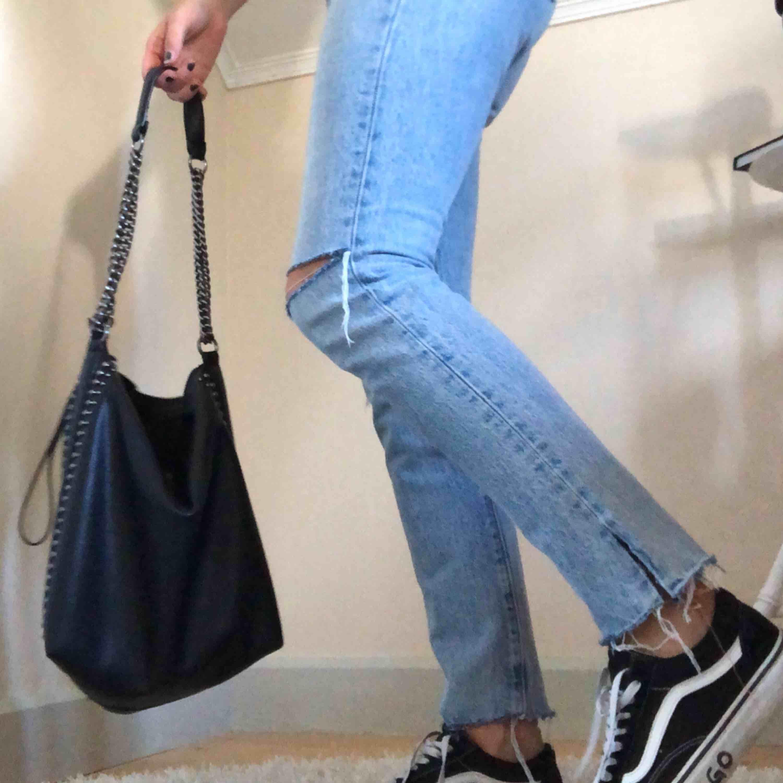 Ett par 501 Levis jeans, använda 1 gång!! Passar XS, men mer åt S skulle jag säga, liten frakt kan tillkomma :-p. Jeans & Byxor.