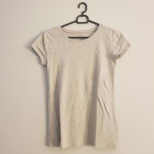 En grå oanvänd ralph lauren t-shirt med ett rosa märke. Priset kan vi prata om! (Köpt i usa)❣